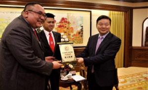 本商会带领一众马来西亚企业家到佛山企业进行拜访与考察。除 了各领域的企业与官方单位,本团有幸获得广东省侨办主任李心 接见。另外,佛山市市长朱伟更抽空与本团会面与交流,为交流 团增添了不少的光彩。同时,本商会也在与市长的会面上,汇报 了商会在佛山投资两千万的生物医药及环保设备项目计划情况, 以及和佛山企业家共同投资50亿元的马来西亚汝莱宏愿城的进展 情况。双方达成全新的合作,共同提出要在经济,文化,科学, 艺术,投资和贸易六大领域,进一步加深合作交流。